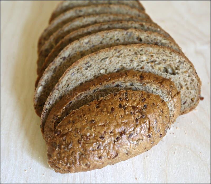 De verse Mediterrane stukken van brood wordt gesneden precies door stukken voor voedsel en sandwiches stock afbeelding