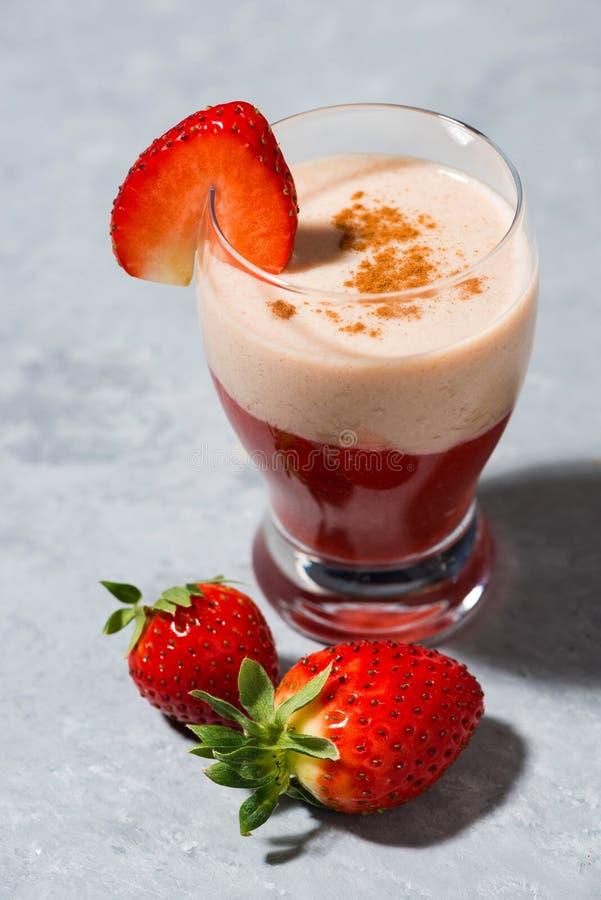 De verse milkshake van de aardbeiyoghurt op lijst, verticale close-up stock afbeeldingen