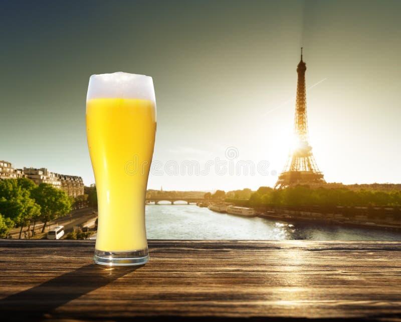 De verse ongefilterde bier en toren van Eiffel, Parijs, Frankrijk stock foto's