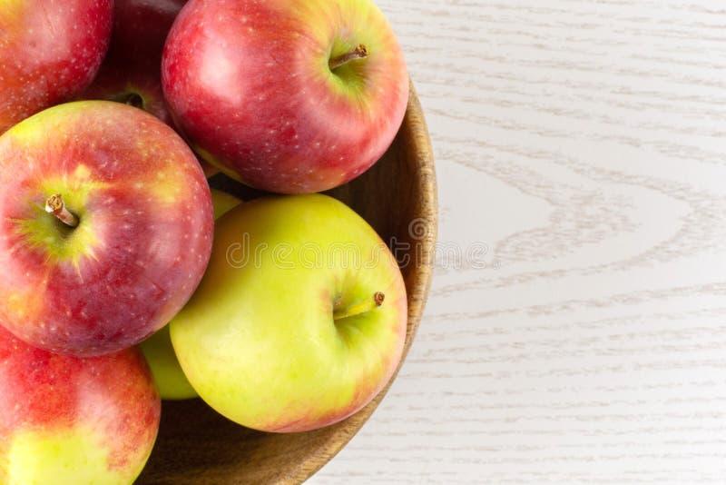 De verse rode appel James treurt op grijs hout royalty-vrije stock afbeelding