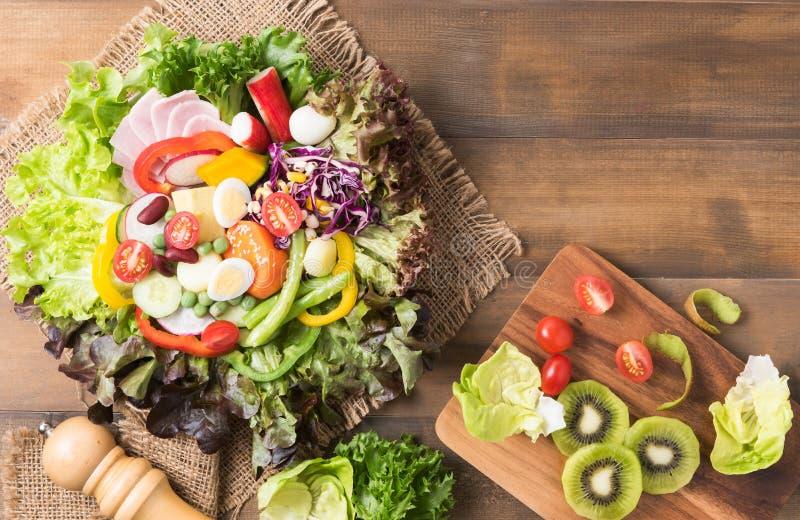 De verse salade van de mengelingsvegetatie op bruine houten achtergrond stock foto