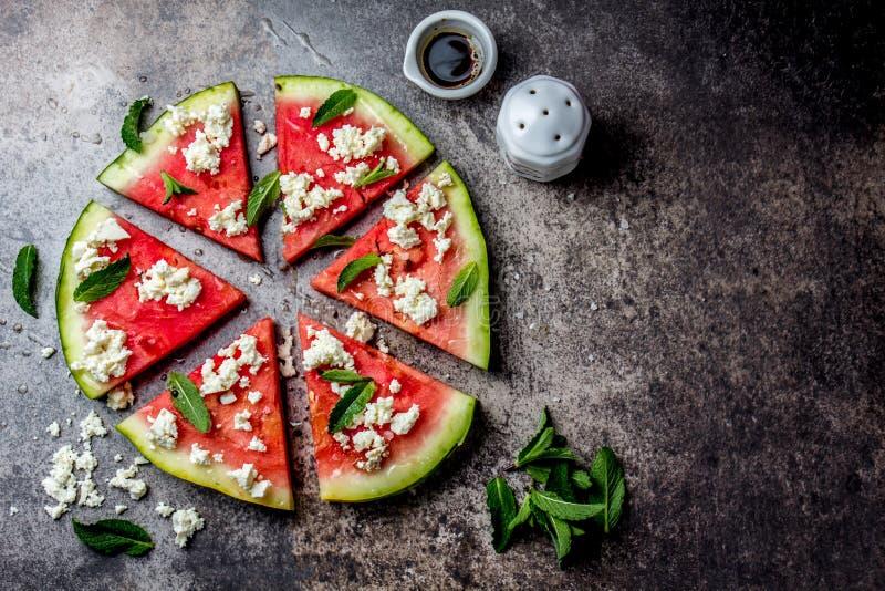 De verse salade van de watermeloenpizza met de kaas, de munt, het zout en de olie van feta op steenachtergrond royalty-vrije stock foto's