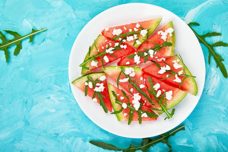 De verse salade van de de zomerwatermeloen met de kaas en arugula van feta royalty-vrije stock fotografie