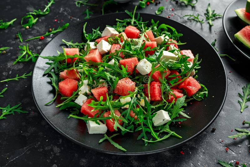 De verse Sappige salade van Feta van Watermeloenarugula met munt en sinaasappel, citroenvulling De zomerschotel Gezond voedsel royalty-vrije stock afbeeldingen