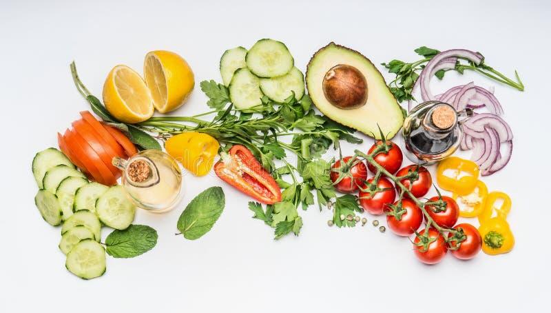 De verse vlakte van saladegroenten legt op witte achtergrond, hoogste mening stock afbeelding