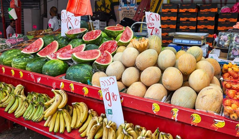 De verse vruchten en de groenten worden verkocht bij de open markt van Carmel in Tel Aviv, Israël De markt van het oosten stock foto's