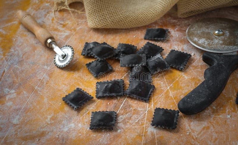 De verse zwarte deegwaren van de garnalenravioli op keuken stock foto's