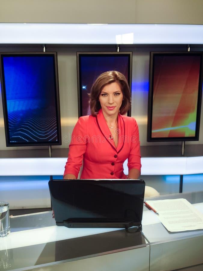 De verslaggever die van TV het nieuws voorstelt stock fotografie