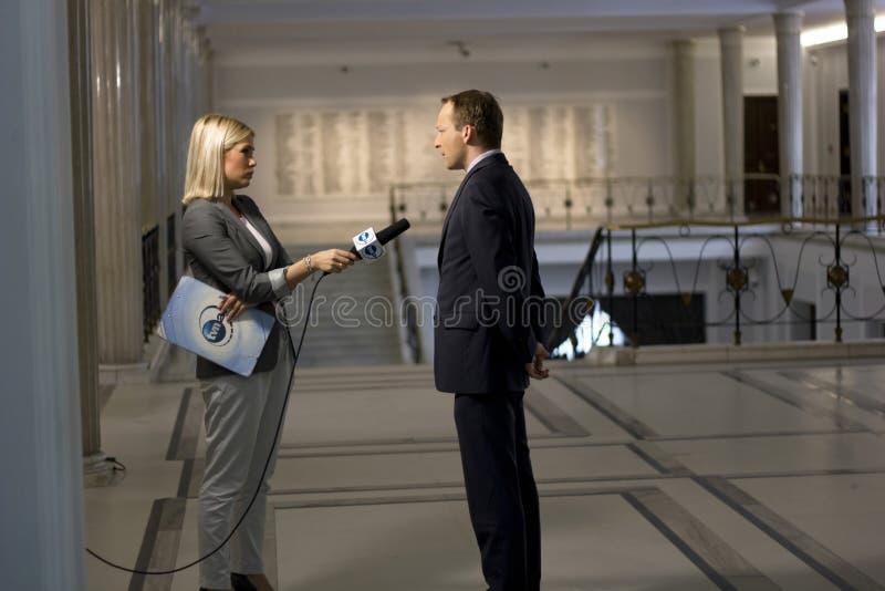 De verslaggever interviewt een politicus royalty-vrije stock foto's
