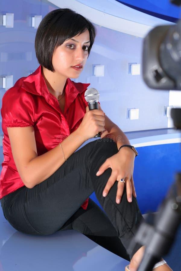 De Verslaggever Van TV In Studio Stock Foto's