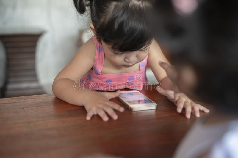 De Verslavingsconcept van Smartphone van kinderen royalty-vrije stock afbeelding