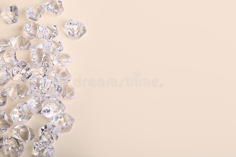 De verspreide brokken van de glasdiamant op een roomachtergrond royalty-vrije stock foto