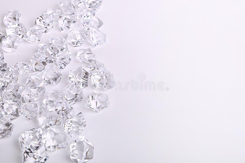 De verspreide brokken van de glasdiamant op een witte achtergrond stock afbeelding