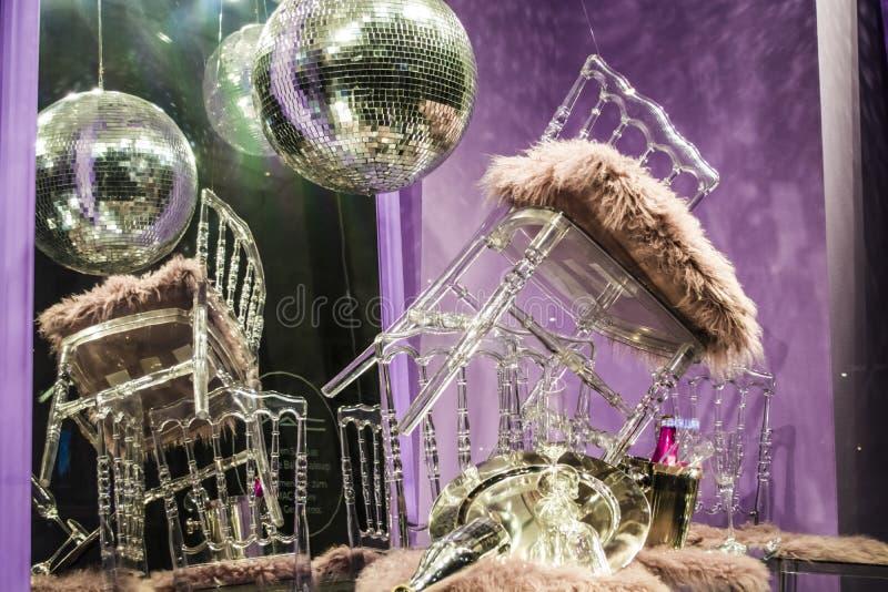 De verspreide stoelen en de glazen, champagneflessen expositie Decoratief show-venster Roze kleuren Ongebruikelijk besluit chaos stock foto's