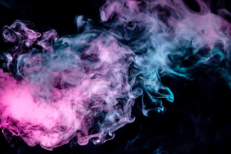De verspreidende rook op een zwarte achtergrond stroomt regelmatig in het neonlicht van roze viooltje royalty-vrije stock foto's