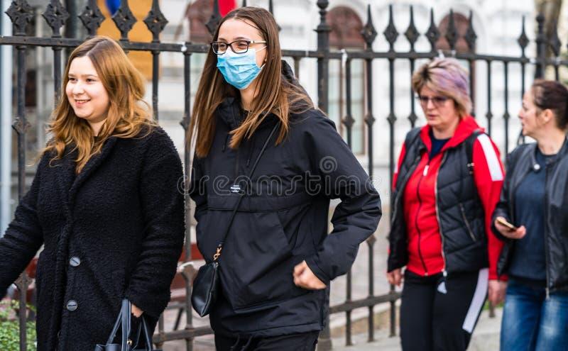 De verspreiding van het virus van de ziekte van Covid-19 in Europa Mensen die een medisch masker dragen tegen het coronavirus Gez royalty-vrije stock fotografie