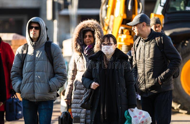 De verspreiding van het virus van de ziekte van Covid-19 in Europa Mensen die een medisch masker dragen tegen het coronavirus Gez stock afbeelding
