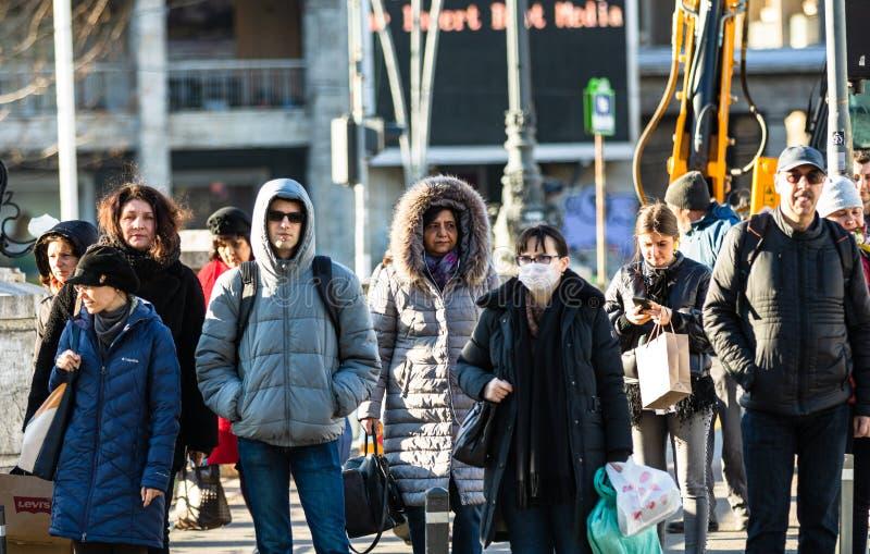 De verspreiding van het virus van de ziekte van Covid-19 in Europa Mensen die een medisch masker dragen tegen het coronavirus Gez stock afbeeldingen