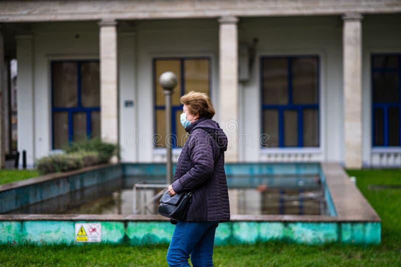 De verspreiding van het virus van de ziekte van Covid-19 in Europa Mensen die een medisch masker dragen tegen het coronavirus, in royalty-vrije stock afbeeldingen