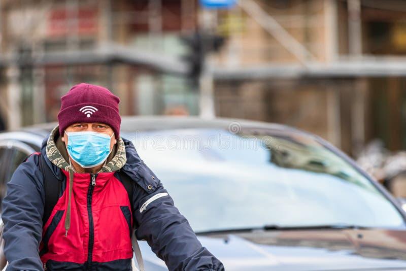 De verspreiding van het virus van de ziekte van Covid-19 in Europa Mensen die een medisch masker dragen tegen het coronavirus, in royalty-vrije stock foto's