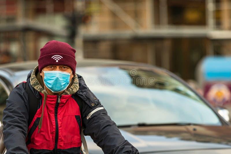 De verspreiding van het virus van de ziekte van Covid-19 in Europa Mensen die een medisch masker dragen tegen het coronavirus, in stock foto's