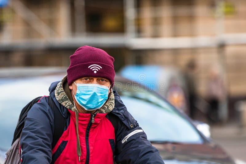 De verspreiding van het virus van de ziekte van Covid-19 in Europa Mensen die een medisch masker dragen tegen het coronavirus, in stock afbeeldingen