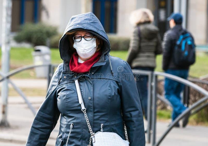 De verspreiding van het virus van de ziekte van Covid-19 in Europa Mensen die een medisch masker dragen tegen het coronavirus, in royalty-vrije stock foto