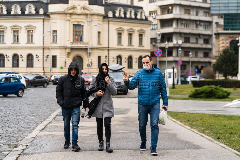 De verspreiding van het virus van de ziekte van Covid-19 in Europa Mensen die een medisch masker dragen tegen het coronavirus Lie stock afbeeldingen