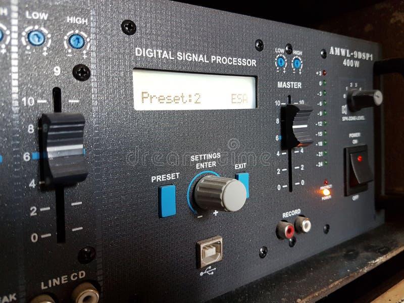 De versterker van een geluid met functie van een mixer van zwarte kleur Moderne audiotechnologie van het akoestische systeem Het  royalty-vrije stock afbeelding