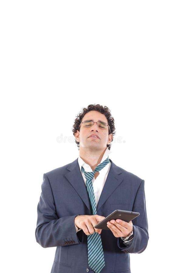 De verstoorde en vermoeide mens in kostuum gebruikt tablet voor het werk of voor privé royalty-vrije stock afbeelding