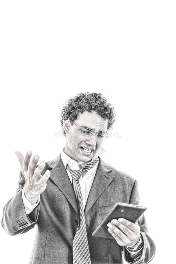 De verstoorde en vermoeide mens in kostuum gebruikt tablet voor het werk of voor privé stock foto's