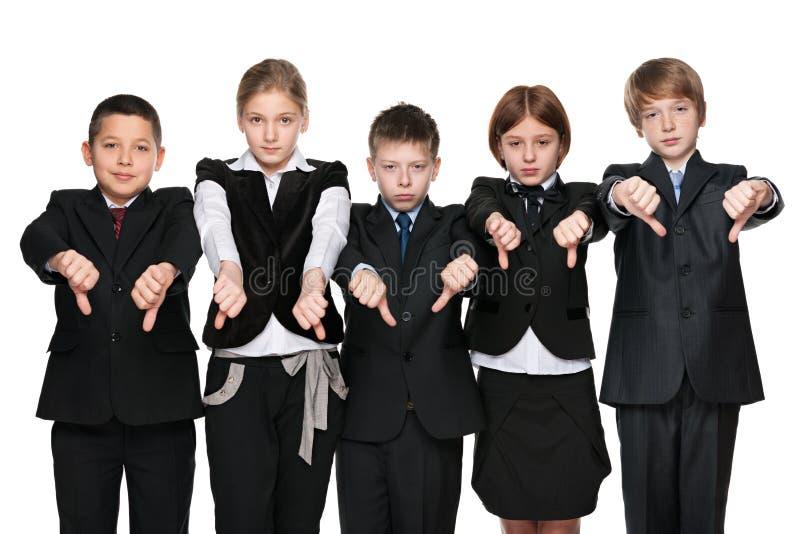 De verstoorde kinderen houden zijn duimen in bedwang stock afbeelding