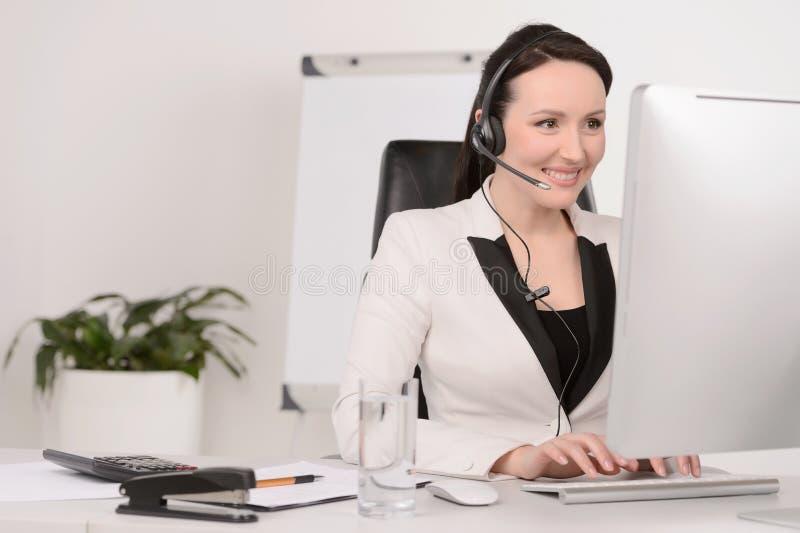De vertegenwoordiger van de klantendienst op het werk. Mooi c op middelbare leeftijd stock afbeelding