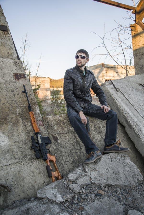 De vertegenwoordiger van de Russische maffia, jonge misdadiger stock afbeeldingen