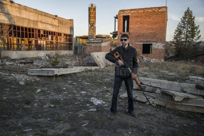 De vertegenwoordiger van de Russische maffia, jonge misdadiger stock foto's