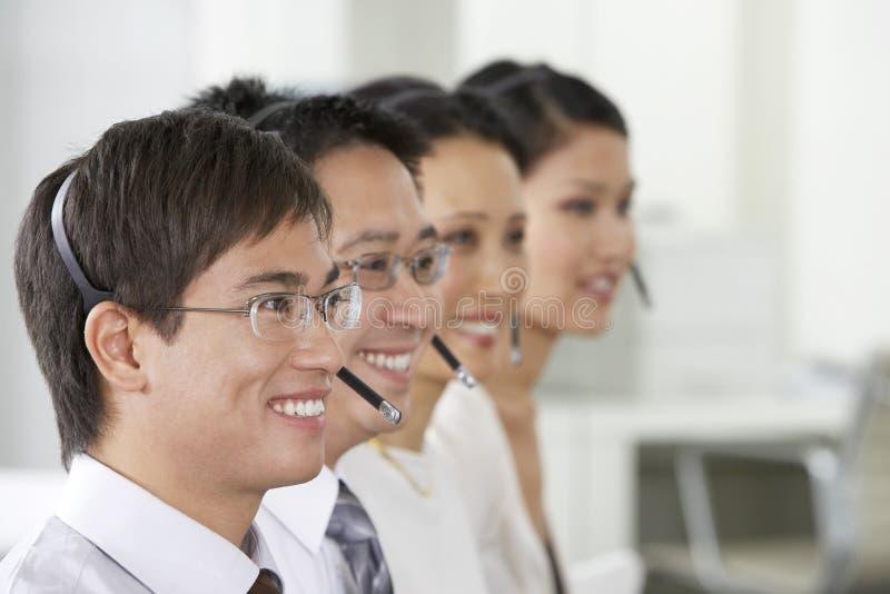De Vertegenwoordigers van de klantendienst in Bureau stock afbeeldingen