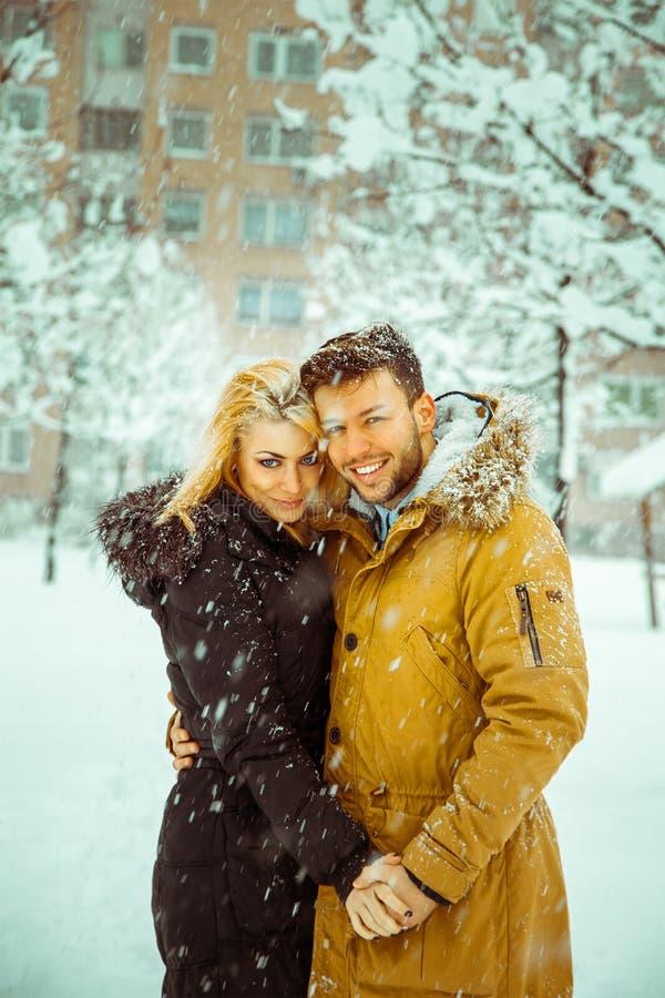De verticale foto van betrothed paar die in liefde camera bekijken en royalty-vrije stock foto