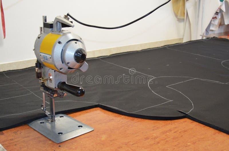 De verticale Snijmachine van de Messendoek op stof stock fotografie