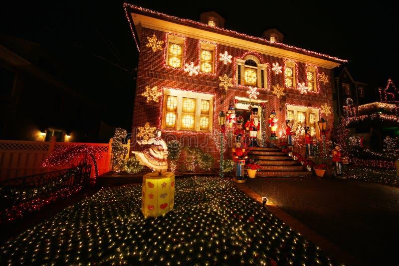 De vertoning van de decoratielichten van het Kerstmishuis in Brooklyn stock afbeelding