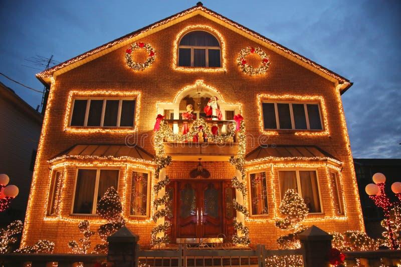 De vertoning van de decoratielichten van het Kerstmishuis in Brooklyn royalty-vrije stock afbeeldingen