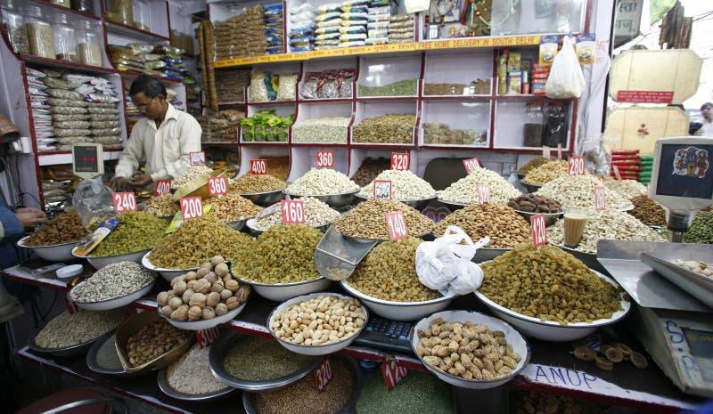 De vertoning van het gedroogd fruit en van de noot in kruidmarkt stock afbeelding