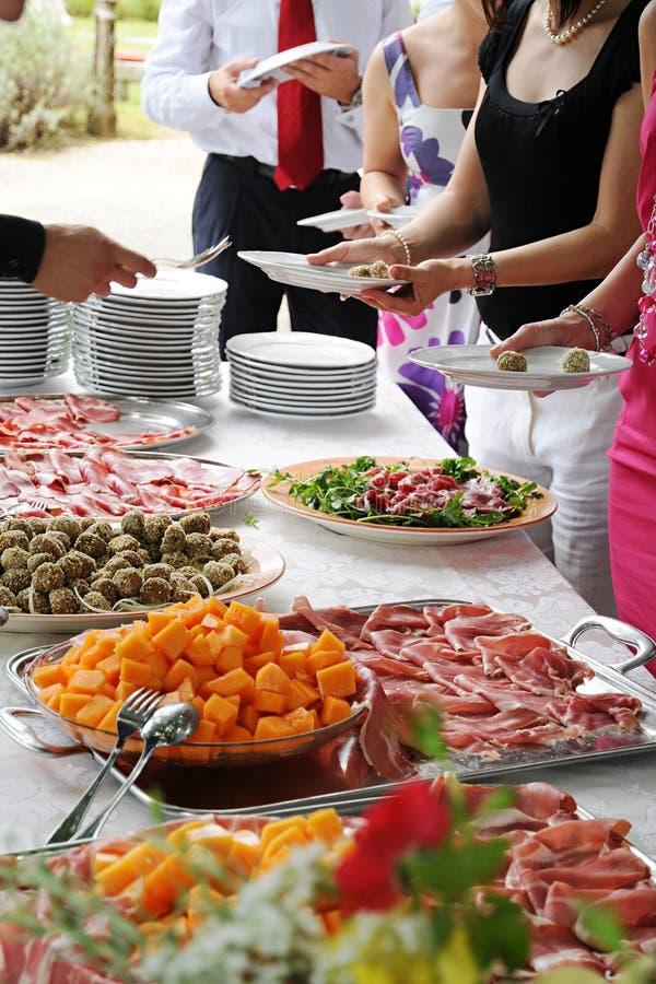 De vertoning van het voedsel bij een banket of een buffet royalty-vrije stock afbeelding