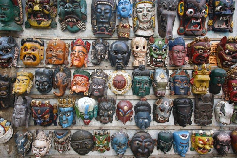 De vertoning van maskers op een muur stock foto