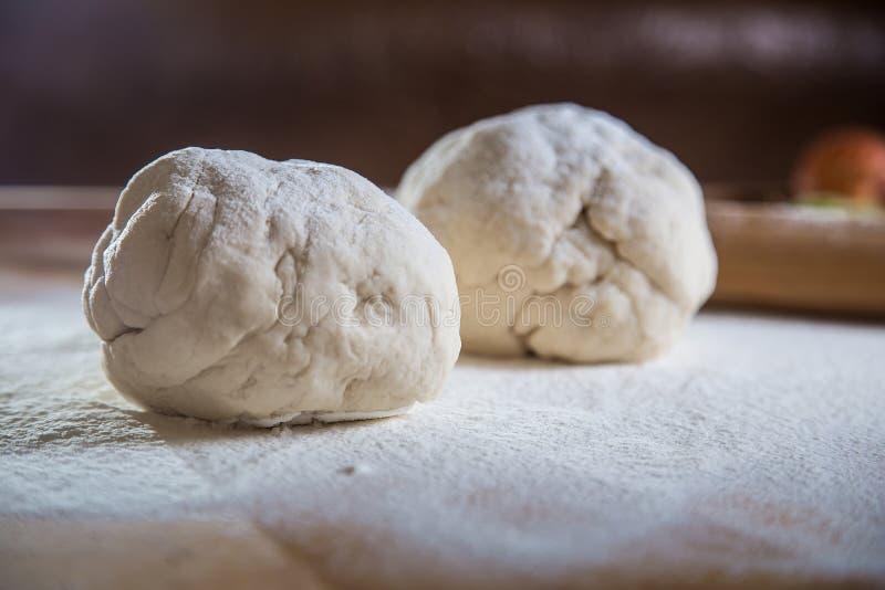 De verwarring van deeg met bloem, bakt brood stock foto