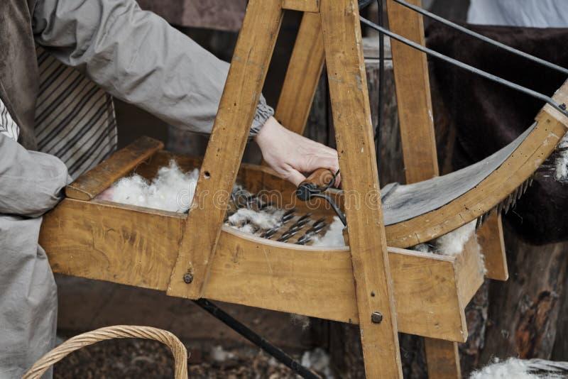 De verwerking van wol met de hand royalty-vrije stock fotografie