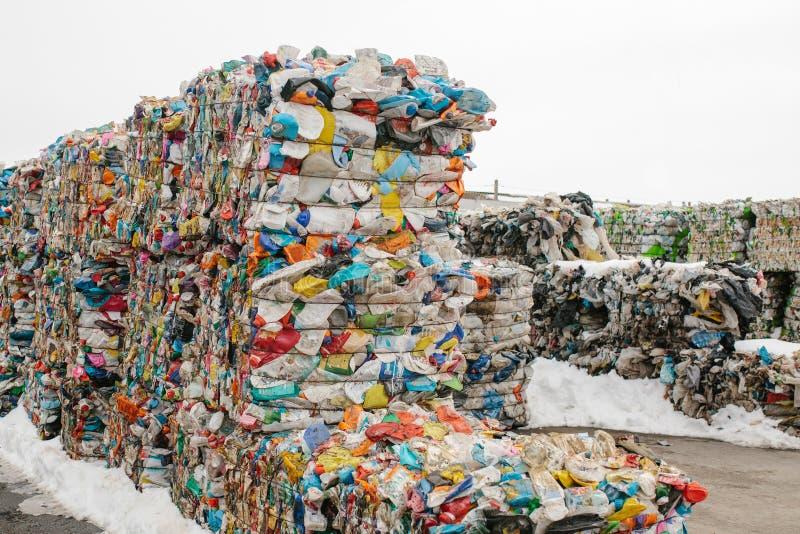 De verwerkingsinstallatie van het afval Technologisch proces Recycling en opslag van afval voor verdere verwijdering Zaken voor h stock foto