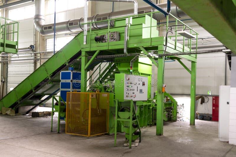 De verwerkingsinstallatie van het afval Technologisch proces voor goedkeuring, opslag, het sorteren en verdere verwerking van afv stock foto
