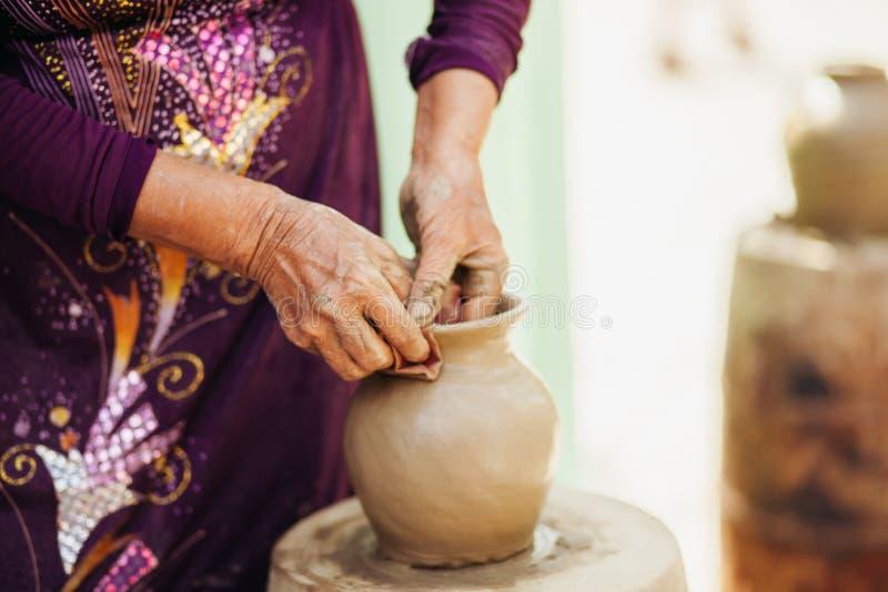 De verwezenlijking traditioneel Vietnam van de kleipot royalty-vrije stock afbeelding