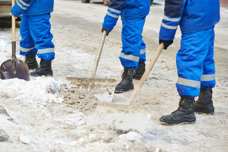 De verwijdering van de de wintersneeuw of stadsweg het schoonmaken stock foto's