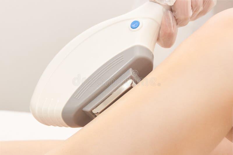 De de verwijderingsdienst van de haarlaser IPL de kosmetiekapparaat Professionele apparaten Zorg van de vrouwen de zachte huid royalty-vrije stock afbeelding